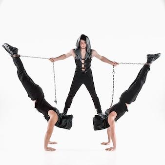 Groep gymnastische acrobatische blanke mannen per saldo vormen
