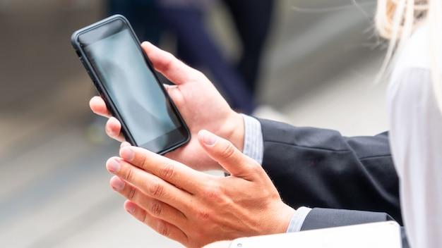 Groep hand met smartphone.