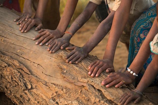 Groep handen op houten log