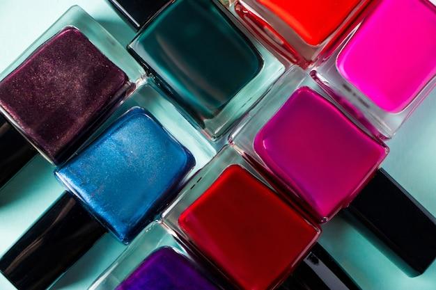 Groep helder gekleurde nagellakken op een blauw