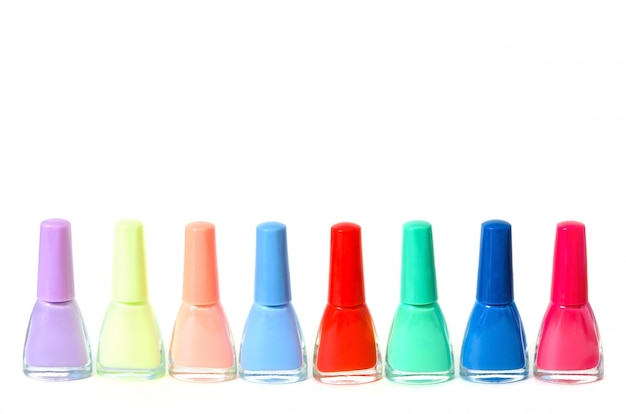 Groep heldere nagellakken die op wit worden geïsoleerd