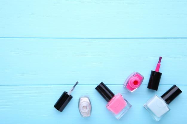 Groep heldere nagellakken op blauw