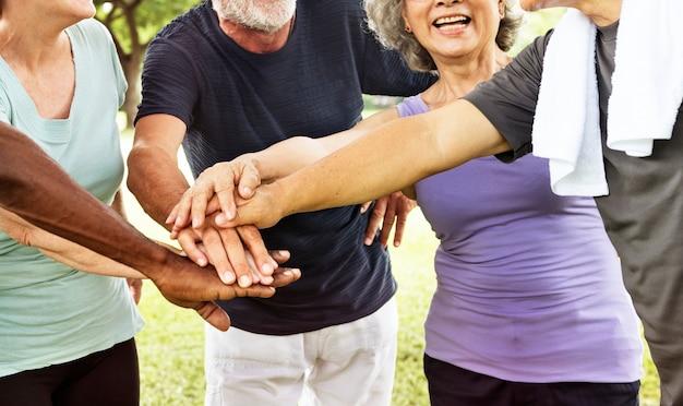 Groep hoger pensionering die samenhorigheidsconcept uitoefenen