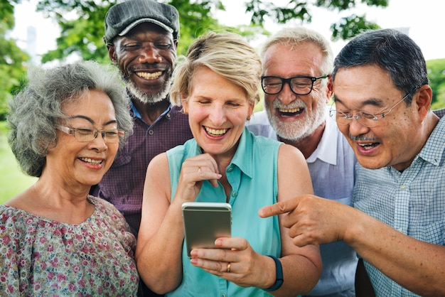 Groep hogere pensionering die digitaal levensstijlconcept met behulp van