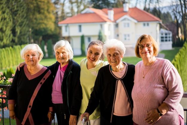Groep hogere vrouwen samen in aard
