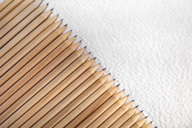 Groep houten potloden die op wit wordt geïsoleerd