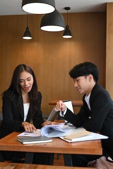 Groep hr-afdelingen leest samen cv voor selectie van nieuwe personeelsvertegenwoordigers. werving en werkgelegenheid concept.