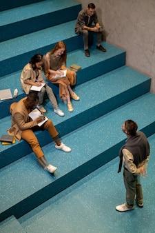 Groep ijverige studenten die aantekeningen maken in schriften