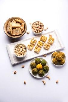 Groep indiase festivalsnoepjes zoals droog fruit laddu, kaju katli, burfi, gajak, til papdi, rasmalai, gulab jamun. selectieve focus
