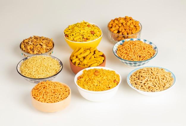 Groep indisch traditioneel kruidig en zoet namkeen-voedsel