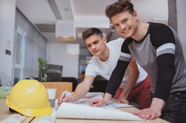 Groep ingenieurs die op kantoor samenwerken