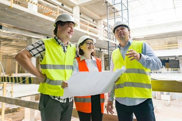 Groep ingenieurs en architecten op de bouwplaats