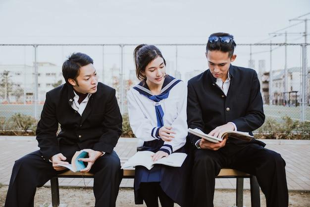 Groep japanse tieners, levensstijlmomenten in een schooldag