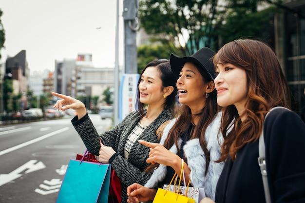 Groep japanse vrouwen die tijd doorbrengen in tokyo, winkelen in verschillende delen van de stad