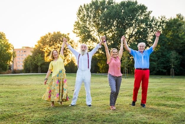 Groep jeugdige senioren buiten plezier
