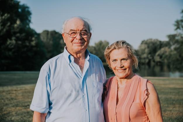 Groep jeugdige senioren plezier buitenshuis echtpaar binding buitenshuis concepten over levensstijl en ouderen