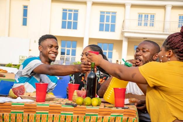 Groep jonge afrikaanse vrienden bij een picknick
