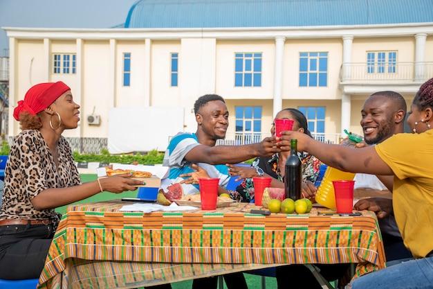 Groep jonge afrikaanse vrienden die samenkomen