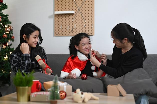 Groep jonge aziatische meisjes die kerstavond thuis vieren.