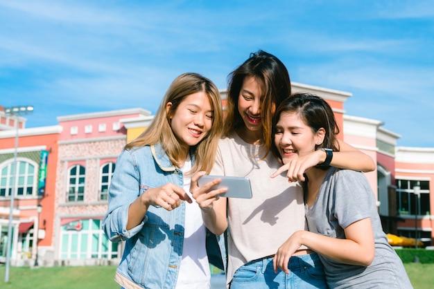 Groep jonge aziatische vrouwen selfie zichzelf met een telefoon in een pastel stad na het winkelen