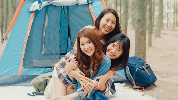 Groep jonge azië campervrienden die in de buurt van ontspannen kamperen, genieten van een moment in het bos