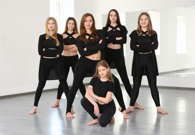 Groep jonge dansers in studio