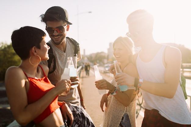 Groep jonge gelukkige vrienden die samen leuke tijd hebben