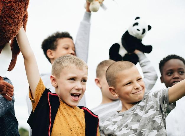 Groep jonge jongens die om dierenrechten geven