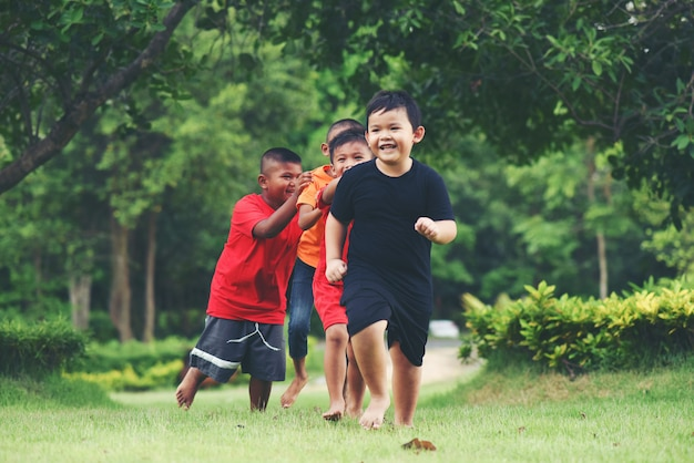 Groep jonge kinderen die en in het park lopen spelen
