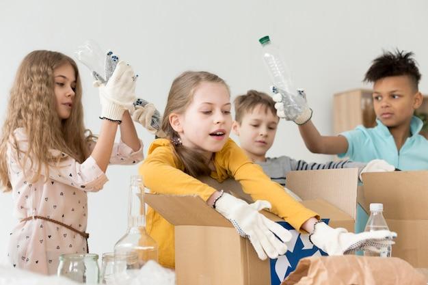 Groep jonge kinderen samen recyclen