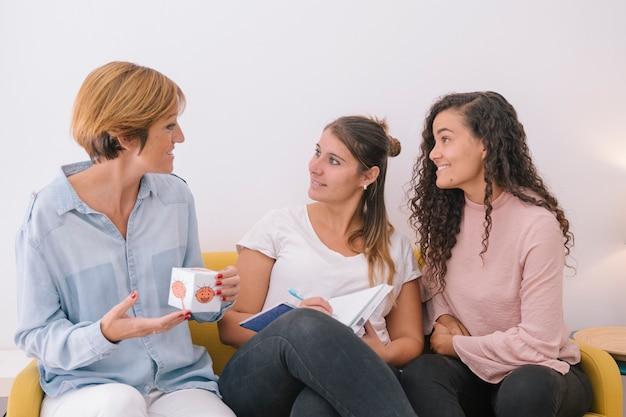 Groep jonge maatschappelijk werkers die een menselijke emotieklasse voor kinderen voorbereiden