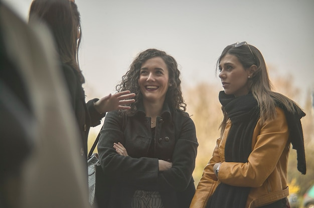Groep jonge meisjes kletsen in de open lucht