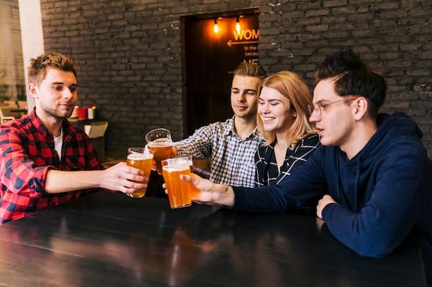 Groep jonge mensen die bij barrestaurant toejuichen