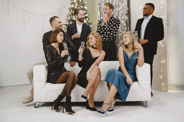 Groep jonge mensen die nieuw jaar vieren. vrienden drinken champagne.
