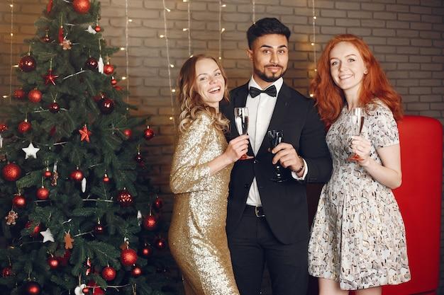 Groep jonge mensen die nieuw jaar vieren. vrouwen met indiase man.