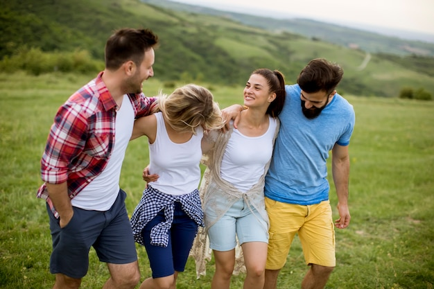 Groep jonge mensen die op het de zomergebied lopen