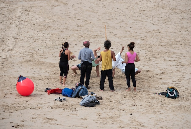 Groep jonge mensen die plezier hebben op het strand Premium Foto