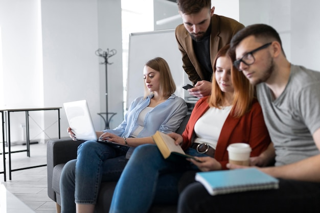 Groep jonge mensen op het werk