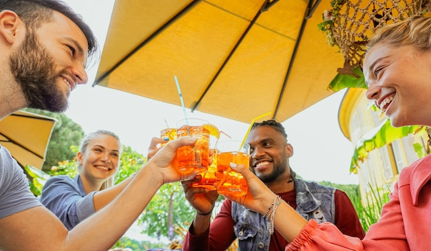 Groep jonge mensen plezier buiten in een bar met een drankje in de zomer