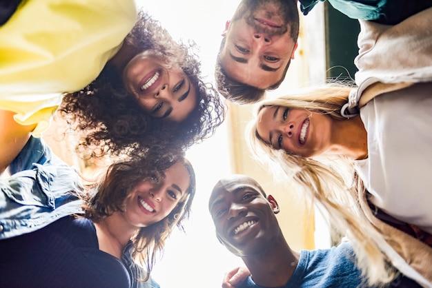 Groep jonge mensen samen buitenshuis in de stedelijke achtergrond