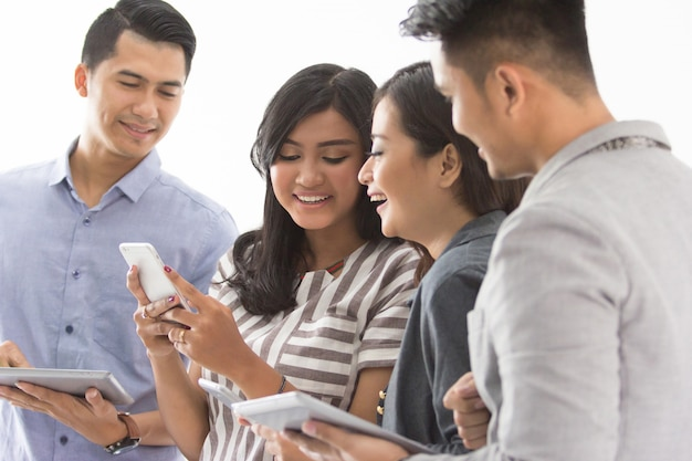 Groep jonge mensen uit het bedrijfsleven met hun eigen gadget