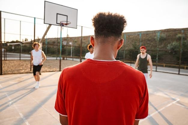 Groep jonge multi-etnische mannen basketbalspelers