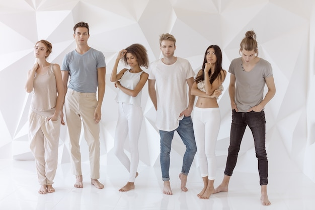 Groep jonge multi-etnische mooie mensen die vrijetijdskleding dragen die en pret glimlachen hebben Premium Foto