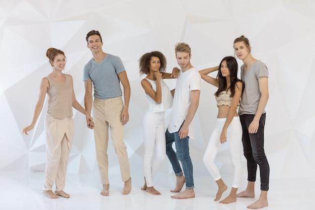 Groep jonge multi-etnische mooie mensen die vrijetijdskleding dragen die en pret glimlachen hebben