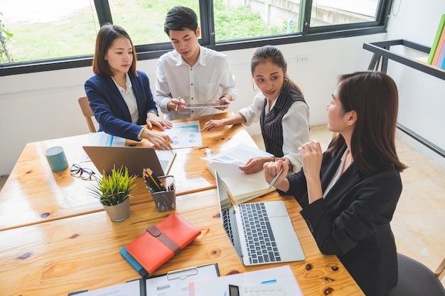 Groep jonge ondernemers die een vergadering hebben