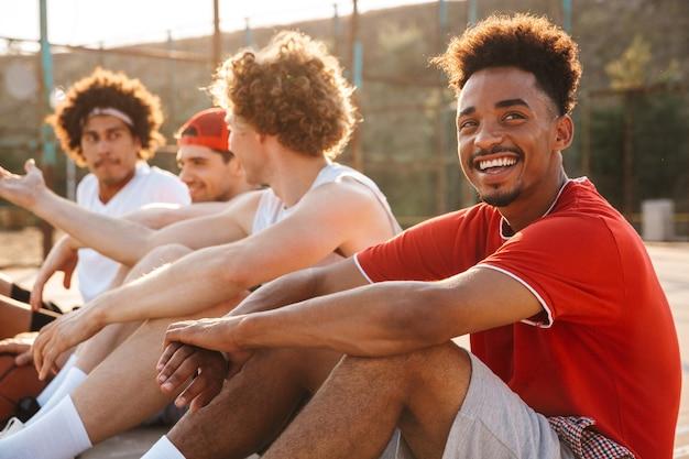 Groep jonge positieve multi-etnische mannen