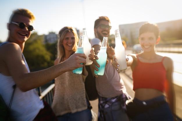 Groep jonge stadsvrienden die samen plezier hebben