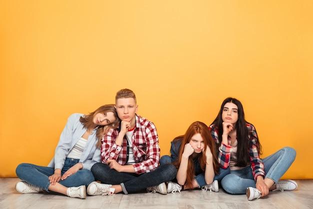Groep jonge verveelde schoolvrienden