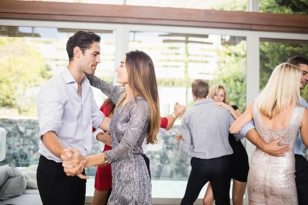 Groep jonge vrienden dansen op het feest
