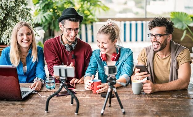 Groep jonge vrienden delen informatie over streamingplatform met webcam